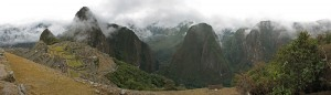 800px MachuPichuSacredValley fir000202 edit 300x86 Machu Picchu tendra carretera